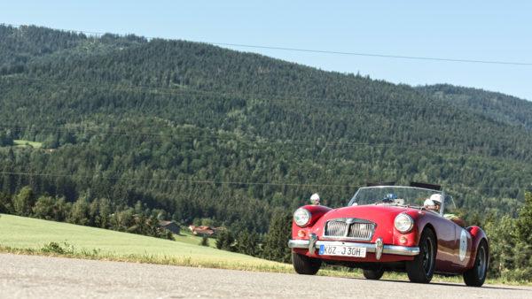 roter MG A bei der Oldtimer & Youngtimer Rallye in schöner Landschaft in Bayern, Deutschland