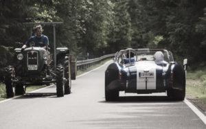 Oldtimer-Rallye Zusammentreffen von einem Lord George Oldtimer  und einem Traktor auf der Straße